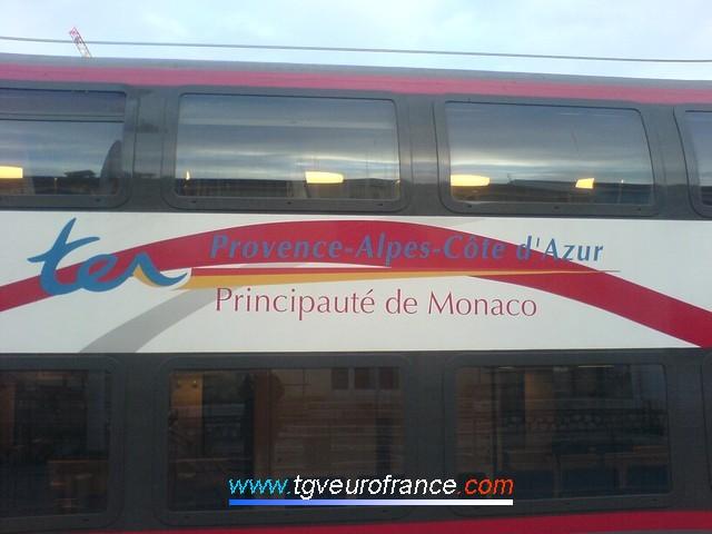 Une rame quadricaisse aux couleurs de la Principauté de Monaco