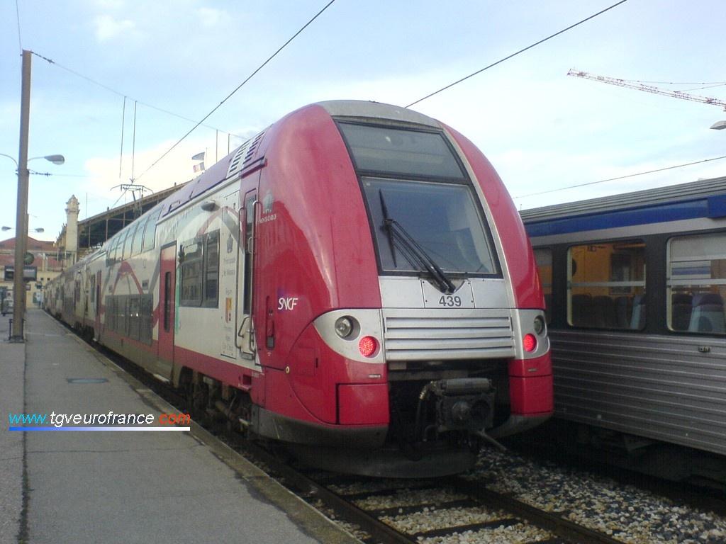 Cette rame TER stationne ici sur les voies courtes de la gare marseillaise utilisées par les trains TER.