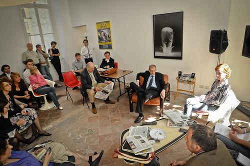Lo staff del comitato in riunione  col neo-sindaco Piero Fassino