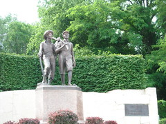 Tom Sawyer and Huckleberry Finn (videsent) Tags: historic missouri tomsawyer hannibal marktwain samuelclemens huckleberryfinn
