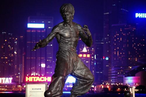 Monumento a Bruce Lee de Noche