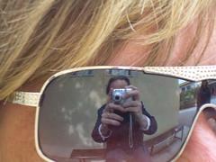 comment se trouver beau dans le regard d'une blonde (theverybigsam) Tags: portrait self soleil autoportrait femme reflet blonde lunettes coiffure frange vision1000