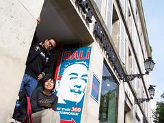 Nosotros bloqueando la entrada a Espace Montmartre donde Dal prepara postres con galleta (\/entolin) Tags: paris france montmartre dali francia dal pars obras exposicin surrealismo espacemontmartre