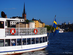 Stockholm, Sweden 048 - Lake Mlaren (Claudio.Ar) Tags: blue sea lake color yellow azul fun lago boat mar europa europe barco sweden stockholm flag sony amarillo bandera soe dsc breathtaking estocolmo suecia h9 mlaren blueribbonwinner supershot fineartphotos mywinners abigfave shieldofexcellence crystalaward betterthangood theperfectphotographer goldstaraward flickrlovers claudioar claudiomufarrege