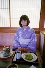 Natura's shot @Nakamura To-kichi (yocca) Tags: portrait food woman film me female japanese  sweets kimono matcha 2008 teatime  japanesetea natura1600 naturaclassica   bymmakino naturanatura june2008 me2008 toomucho