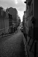 i saliscendi della vita (palladipelo_75) Tags: bw paris france geotagged montmartre parigi d300 supershot 1685mm aroundwithc geo:lat=48886119 geo:lon=2337966