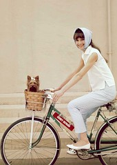 Bike with style (Blippia) Tags: woman dog bike cane star donna audreyhepburn bici attrice bikeswithstyle