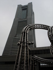 Tentacle metàl·lic i Landmark Tower
