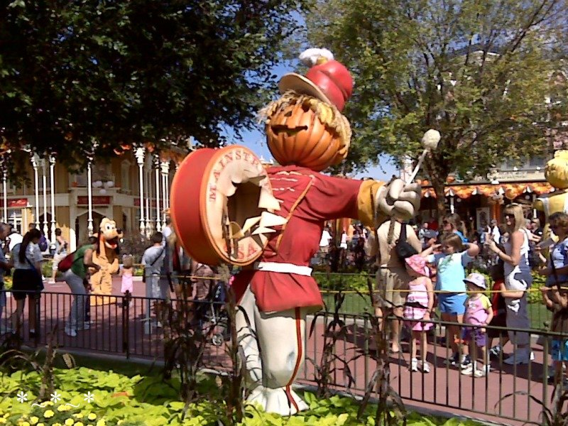 IMG00926-Disney-Halloween-Magic-Kingdom-deco-drummer-scarecrow