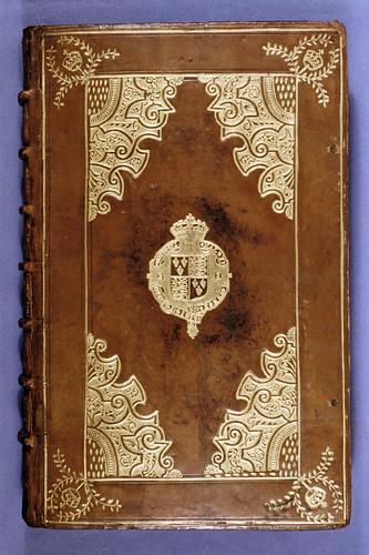 007- Orationes de Isocrates- Cuero repujado con escudo de armas de Elizabeth I en el centro- Londres 1593