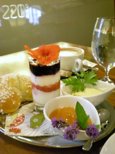 brioche de lavanda, mermelada de albaricoque, yogur con frutas del bosque y cappuccino