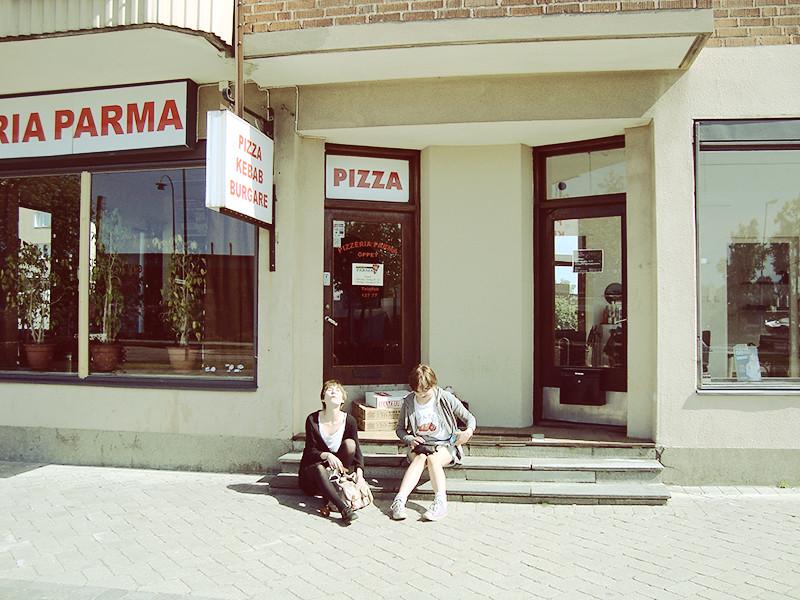 Pizzeria och frisör. Vi var i Hässleholm, okej