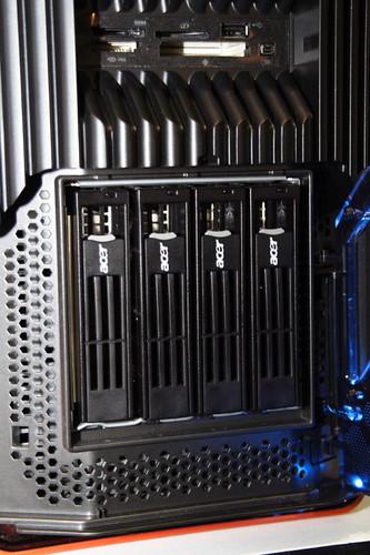 四個硬碟抽換槽