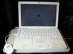 テーブルにMacBookとイーモバイルをセット