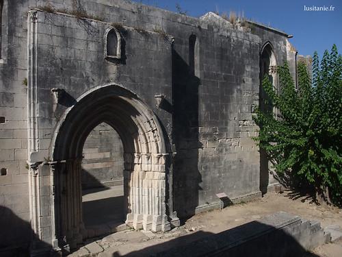 Entrada monumental da igreja em ruínas do castelo