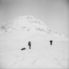 Vassitjkka Mountain (Wiking66) Tags: winter bw snow 6x6 film analog skiing sweden april 1983 pictureperfect patrik smrgsbord riksgrnsen lule norrbotten engman katterjkk vassitjkka vassijaure westex vassivagge
