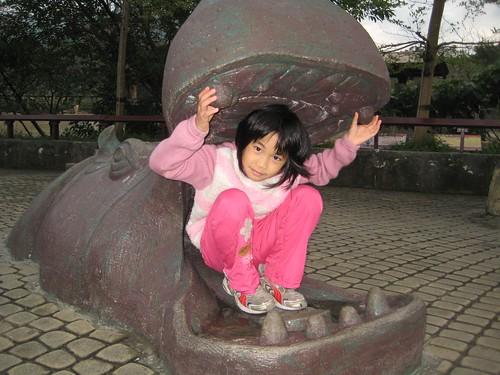 你拍攝的 14ㄚ芷與河馬雕像。
