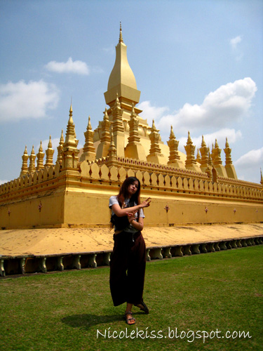 posing for pha that luang
