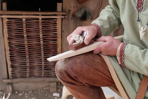 Reinhard Erichsen baut einen wikingerzeitlichen Langbogen - Museumsfreifläche Wikinger Museum Haithabu WHH 27-09-2008