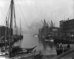 Ship at foot of King Street, St. John, NB, 1915 (?) (Muse McCord Museum) Tags: canada fog port ships stjohn newbrunswick smokestacks transportation shipping 1915 kingstreet masts barge vessels saintjohn derricks schooners mccordmuseum sailingvessels musemccord saintjohnharbour purityflour