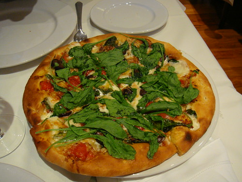 Pizza de rúcula, aceitunas y jamón de Parma
