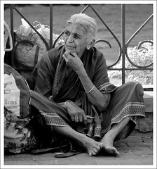 Mysore |The Royal Wait (Suyog Gaidhani) Tags: old india lady waiting traditional palace luggage karnataka saree mysore vistor
