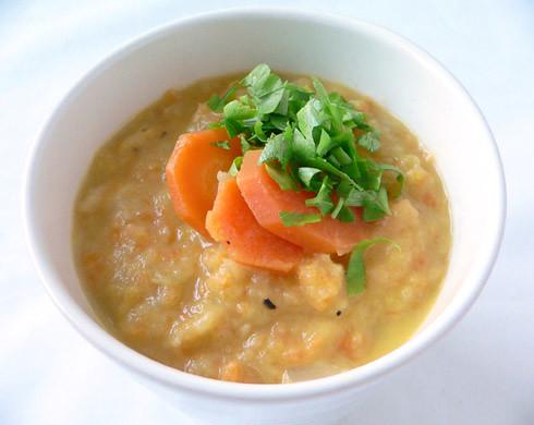 Sahnige Suppe mit Äpfeln und Möhren