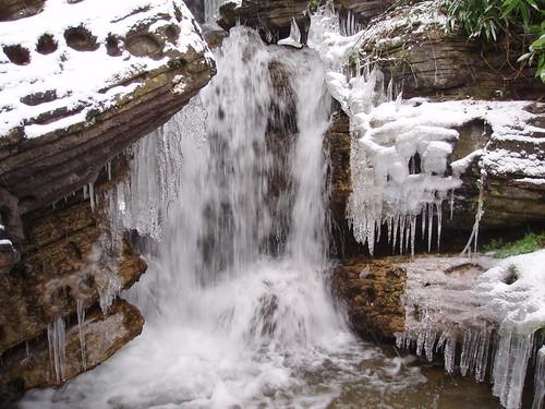 Agua y carambanos de hielo.