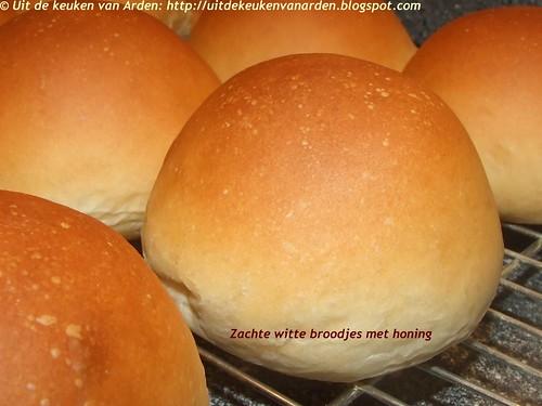 Zachte witte broodjes met honing