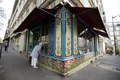 The old lady in front of the bakery (Florent Chevalier) Tags: paris geotagged frankreich frana frankrijk francia francie parijs frankrig  parigi frankrike frakkland fransa     francja  ranska  pariz  franciaorszg   francuska php franczsko francija    prantsusmaa perancis  frana pranczija