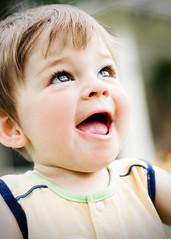 [フリー画像] 人物, 子供, 赤ちゃん, 笑顔・スマイル, 見上げる, 200807141600