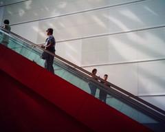 【写真】VQ1005で撮影したクイーンズスクエア横浜内のエスカレーター