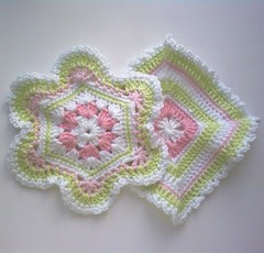 Grytlappar! (TM - the crocheteer!) Tags: pink white green crochet rosa craft tm potholder vitt croche potholders grn picots vit hkeln virka virkkaus virkat hekling grnt towemy uncinetto pistachiogreen virkad grytlappar grytlapp kettleholders tmcrocheteer