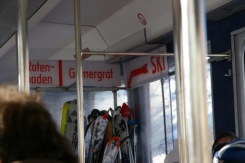搭火車下山了 滑雪用具要放在進門的地方
