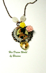 her dream world-necklace