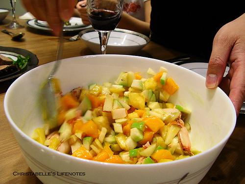 母親節大餐之水果鮮蝦沙拉攪拌中