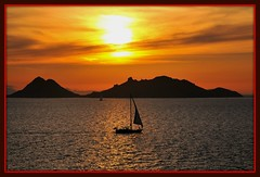 Some people are anjoying sunset sailing !  Bodrum Turkiye (yilenes) Tags: sunset turkey turkiye picnik bodrum turchia turkei 5photosaday flickrsbest mywinners abigfave picturefantastic goldstaraward flickrlovers grouptripod