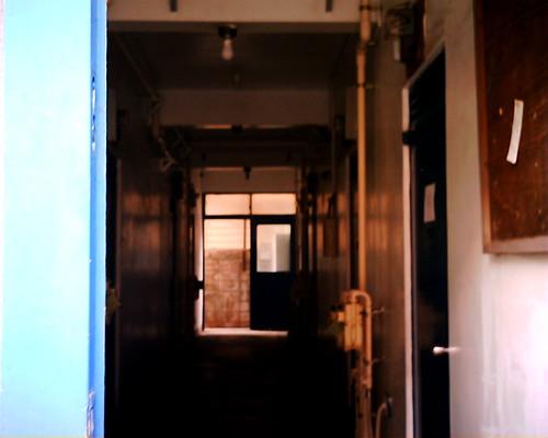 【写真】VQ1005で撮影した通りすがりのアパートの廊下
