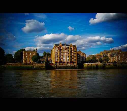Cruising the Thames river 2