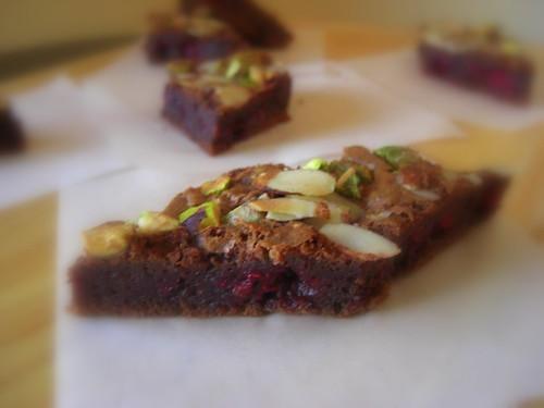 Шоколадные пирожные с малиной