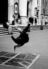Moto rotatorio - rotary motion (Stefano Mazzoni) Tags: stefanomazzoni stefano485 nikon d300 nikond300 nital explore esplora palla ball energia energy entropia enel eni verde green riflesso specchio mirror reflection minimalismo minimalist roma rome italia italy brack dance rotazione rotary momentodinerzia inerzia danza ballare bianco nero black white bn bw viadelcorso artistidistrada streetartist road street coppia torcente torque girotondo girogirotondo concordians hiscoreme conceptual image
