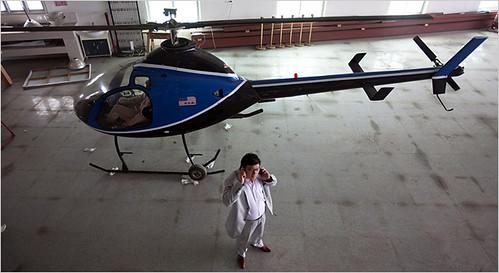 拥有私人飞机的中国人越来越多,图为其中之一的关宏生(音译),正在同时打两个电话