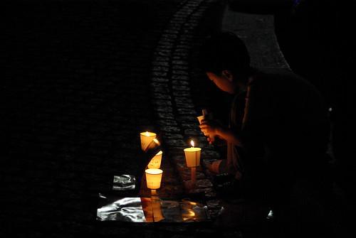 촛불을 들고 있는 아이