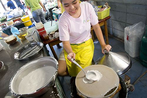 Making khanom paak mor, Bangkok's Sunday Vietnamese market