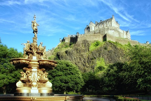 Edinburgh Castle from Princess Street Gardens by g.naharro.
