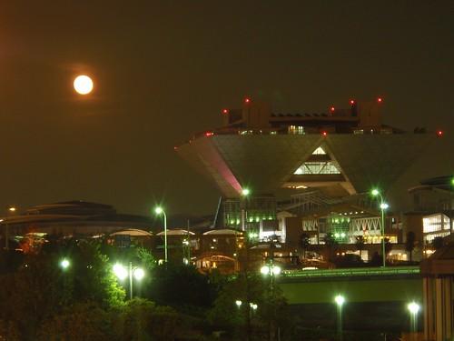 Luna y edificio