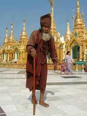 Myanmar Yangoon Swedagon Pagoda priest (Paolo Del Papa) Tags: history thailand islands travels asia cambodia photos indianocean culture peoples tribes myanmar laos fareast religions goldentriangle indochina etno birmania cambogia reportages indocina sudestasia paolodelpapa travelgeo explorationstraderoutes triangolodoro