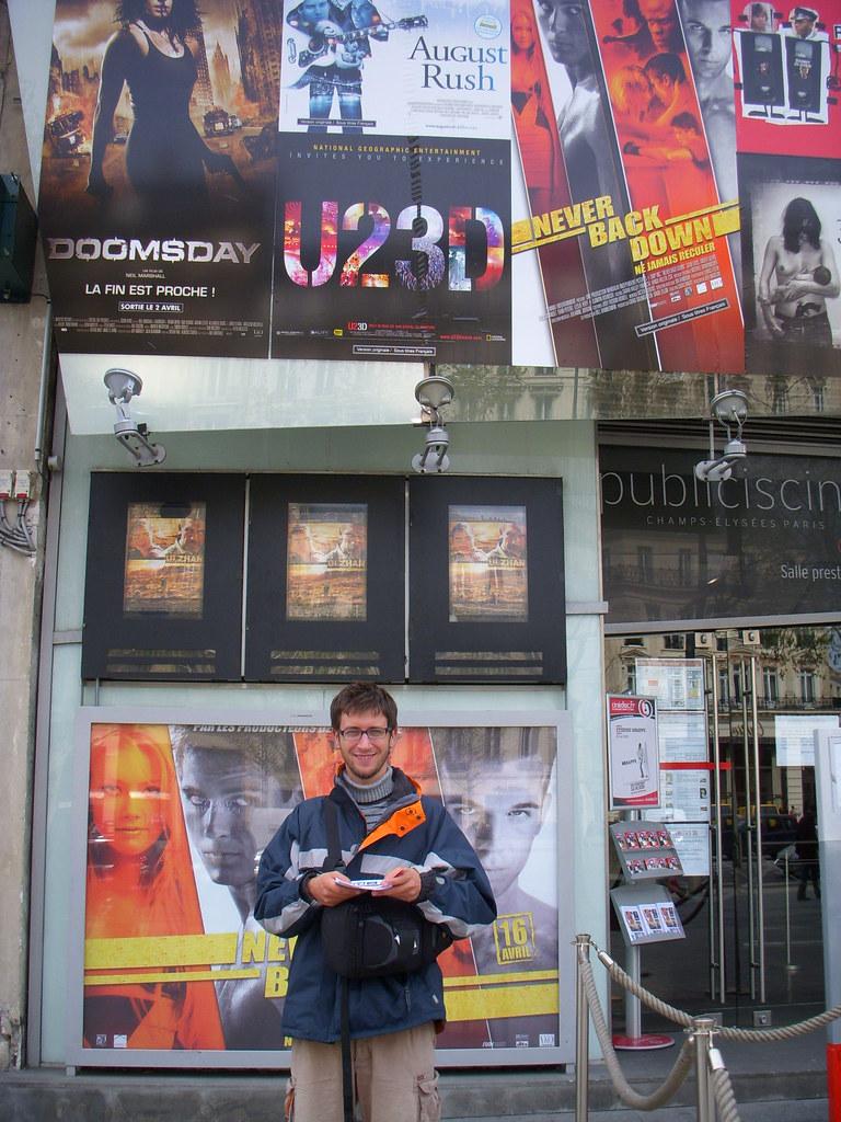 con cartel de U2