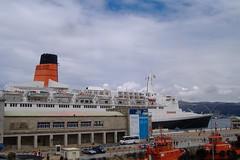 Queen Elizabeth 2 (Tomas R Vigo) Tags: cruise espaa port boats puerto spain ship elizabeth queen galicia porto tug 2008 cunard pontevedra qe2 vigo funnel chimenea crucero trasatlantico transatlantico remolcadores estacinmartima