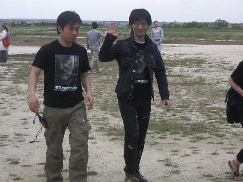 Kojima saludando